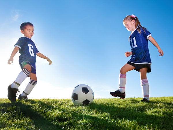 kids playing soccer - 15 Fueling Snacks to Take to Your Child's Game